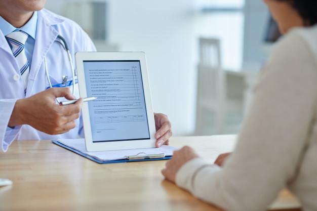 https://cirugiaplasticamedellin.com/wp-content/uploads/2020/11/doctor-with-digital-tablet_1098-18240.jpg